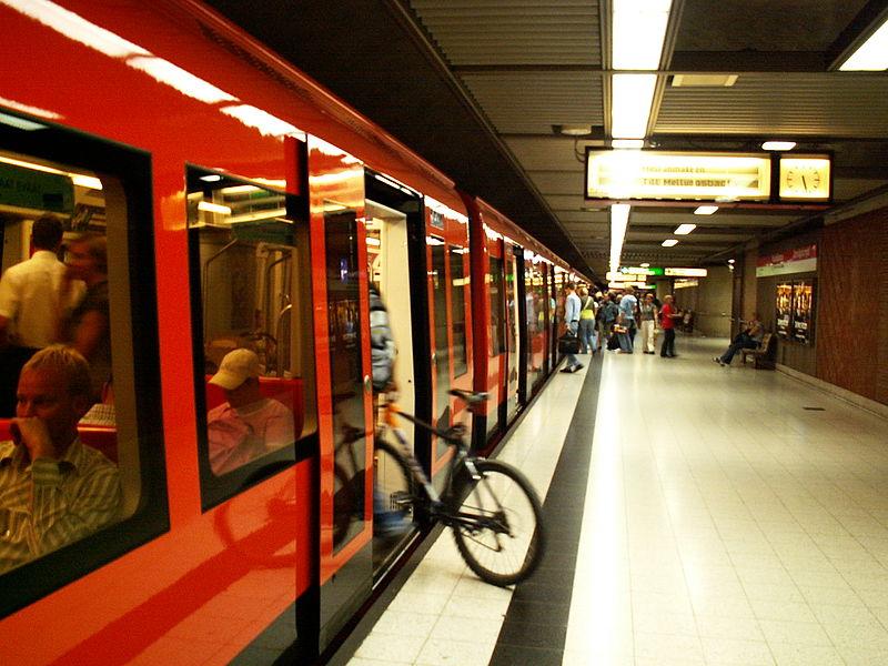 Helsinki_Kaisaniemi_metro_station_(with_bicycle).jpg