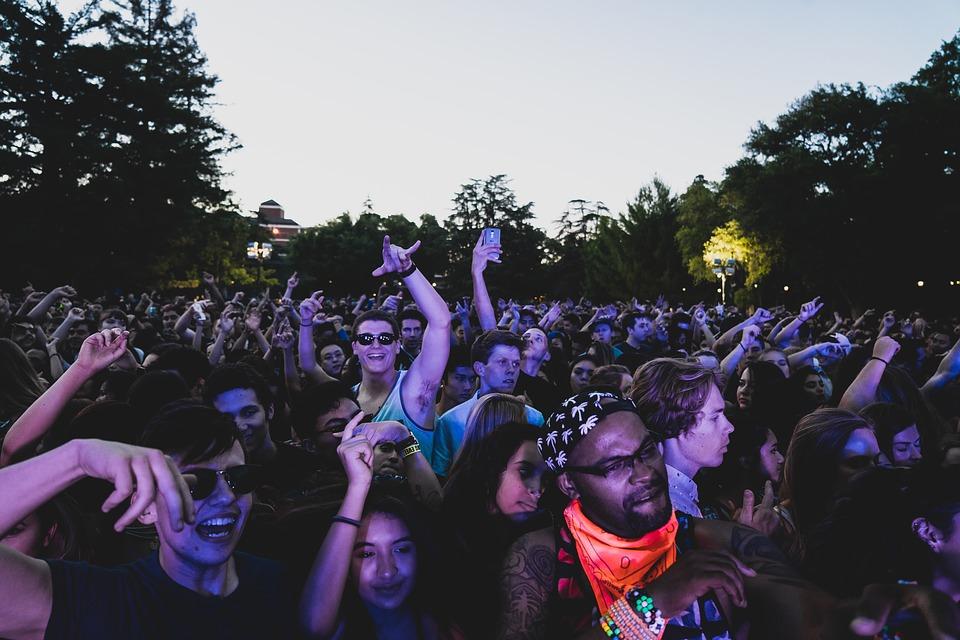 crowd-1531426_960_720.jpg
