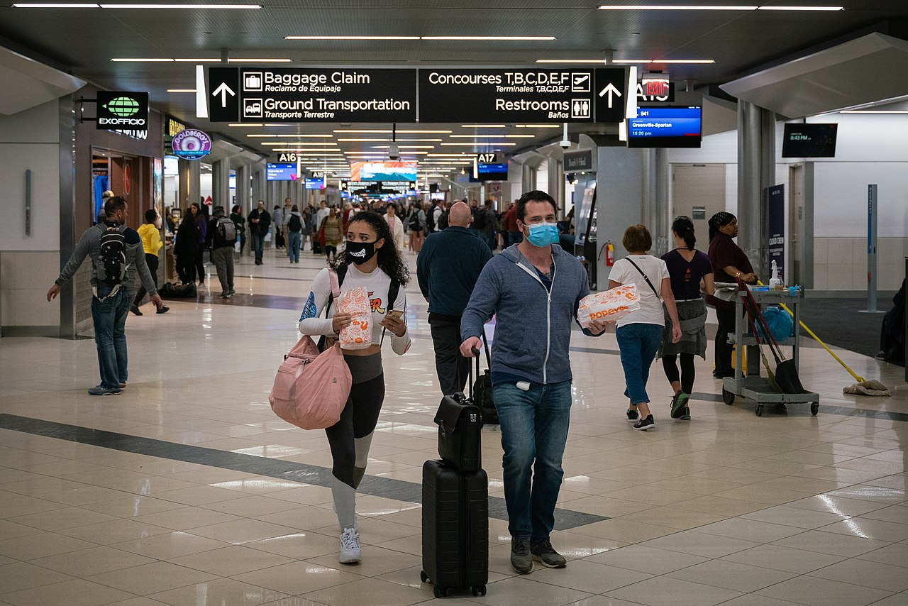 1280px-2020-03-06_—_Coronavirus_–_Flyers_at_Hartsfield-Jackson_Atlanta_International_Airport_wearing_facemasks.jpg