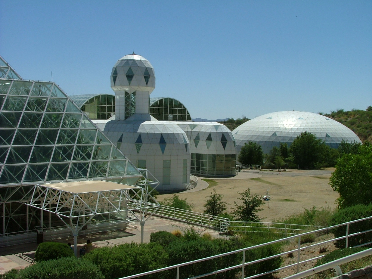 Biosphere_2_Habitat_&_Lung_2009-05-10.jpg
